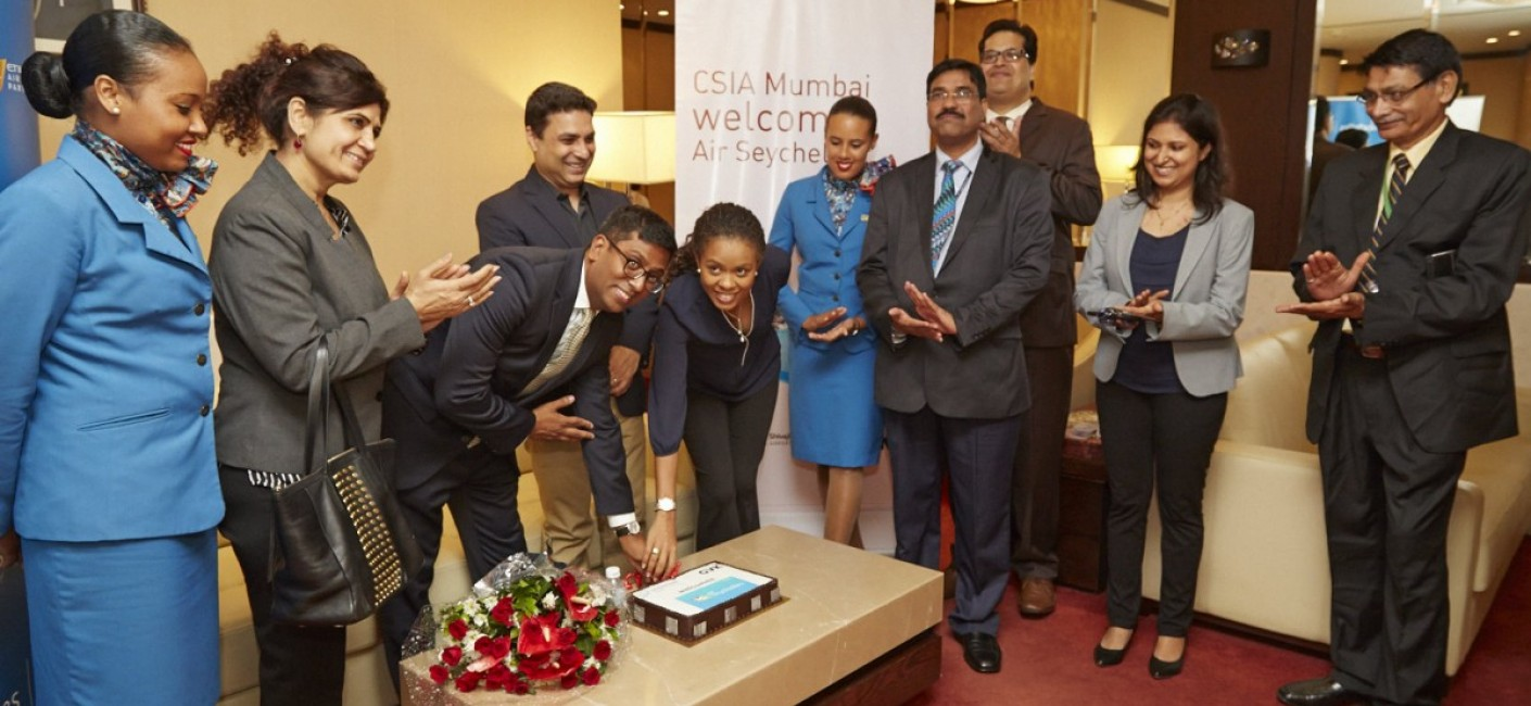 Manoj Papa and Sherin Naiken participate in a traditional cake-cutting ceremony at Chhatrapati Shjivaji International Airport